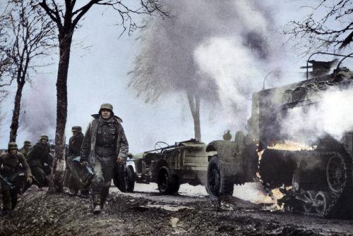 Tropas alemãs em marcha durante as primeiras horas da Batalha das Ardenas em dezembro de 1944