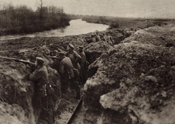 Tropas alemãs posicionadas em uma trincheira que ficava nos arredores de Paris.