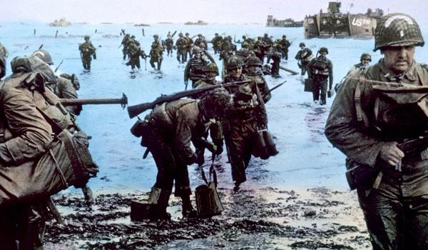 Tropas aliadas desembarcando nas praias da Normandia durante o Dia D, em 1944