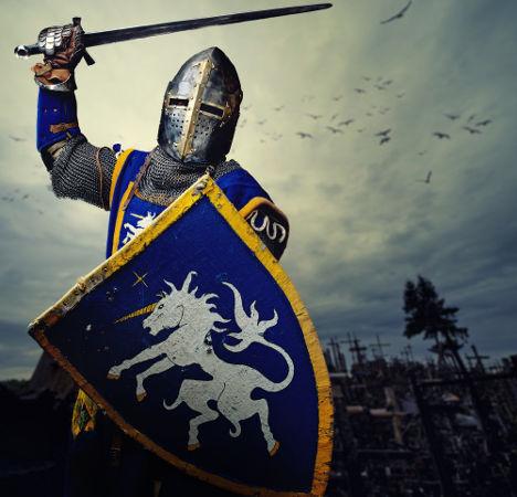 Um típico cavaleiro medieval, com armadura, escudo e espada