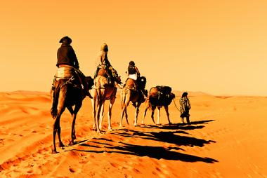 Uma caravana de camelo atravessando o deserto