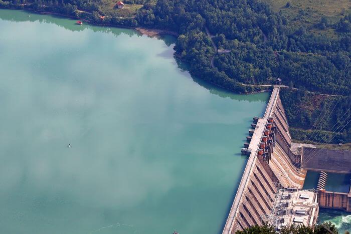 As usinas hidrelétricas fazem uso da energia potencial gravitacional da queda d'água para gerarem energia elétrica.