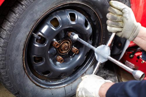 Utilizar as duas mãos para a rotação da chave de roda facilita a troca de pneus