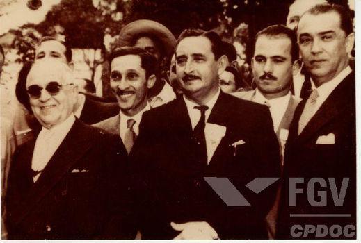 Getúlio Vargas (de óculos escuros) e Juscelino Kubistchek (no canto direito) foram dois dos maiores nomes da política brasileira da Quarta República.*