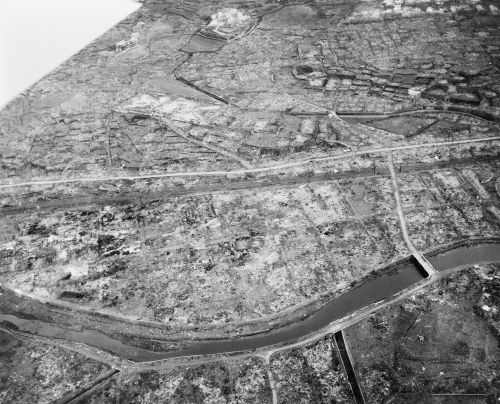 Visão aérea de Nagasaki após o bombardeio do dia 9 de agosto de 1945*