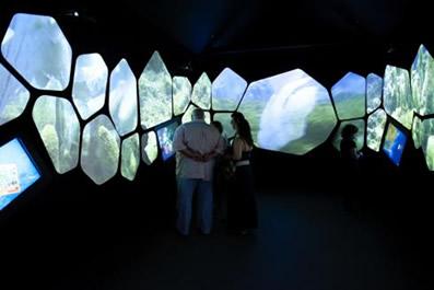 Os visitantes interagem nas telas interativas da exposição imersiva concebida pelo Projeto Coral Vivo. (Créditos: Agência Petrobras / Marcelo Vallin)