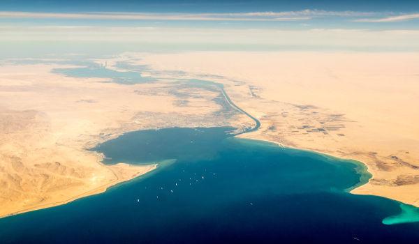 Vista aérea do Canal de Suez, no Egito, que liga o Mar Vermelho ao Mediterrâneo