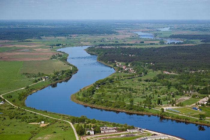 Vista aérea de um rio e parte de sua bacia hidrográfica