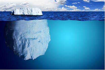 Vista de um iceberg flutuando no oceano
