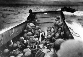 Embarcação militar na costa francesa da Normandia