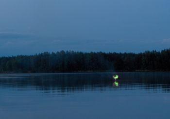 Fenômeno do Fogo-fátuo na superfície de um lago