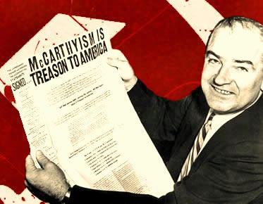 Senador McCarthy exibindo um jornal que elogiava a perseguição aos comunistas