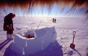 Esquimós do Ártico construindo um abrigo típico