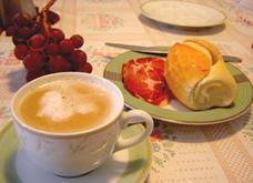 Priorize o café da manhã e enriqueça-o com iogurte, frutas e cereais