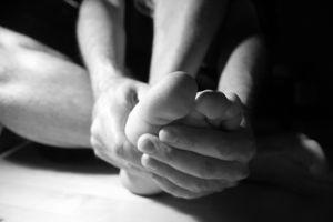Para tratar do corpo inteiro   pressione firmemente o centro da sola do pé, estimulando a região com os polegares