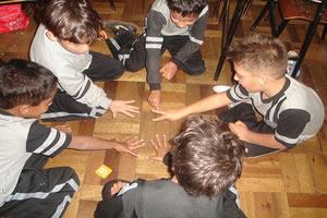 Crianças interagindo com o meio através da brincadeira