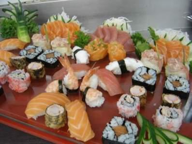Mesa com pratos japoneses