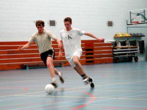 O futsal é o futebol de campo adaptado para a quadra