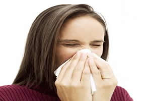 Cobrir nariz e boca ao espirrar evita que outras pessoas se contaminem pelo vírus da gripe