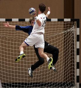 Na falta de quadras específicas para o esporte pode-se utilizar a quadra do futebol de salão sem nenhum prejuízo