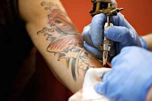 Tatuar a pele com objetos que não foram devidamente esterilizados oferece riscos ao indivíduo