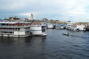 O principal meio de transporte para a população da região Norte são as embarcações fluviais.