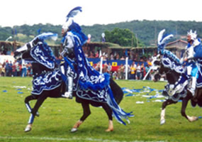 As cavalhadas ocorrem na cidade de Pirenópolis, Goiás