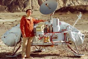 Carl Sagan ao lado de uma réplica da sonda Viking, que futuramente exploraria o solo marciano