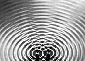 Interferência sobre a superfície de um líquido
