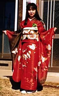 As mulheres solteiras usam um kimono de mangas largas e longas