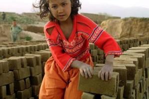 Milhões de crianças estão fora da escola por conta do trabalho que exercem