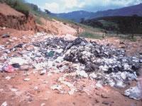 Lixo despejado em céu aberto