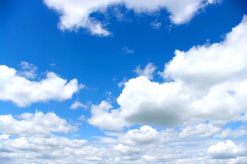 As nuvens podem ser classificadas de acordo com sua aparência (gênero), variedade e altitude