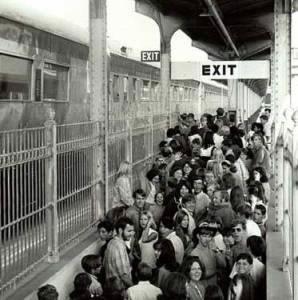 Cena comum nas grandes cidades: trabalhadores voltando para casa