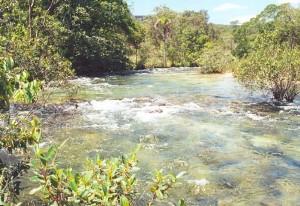 Os rios fornecem água para o homem e suas atividades
