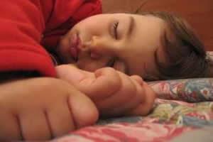 Especialistas sugerem que crianças devem dormir entre dez e doze horas por dia