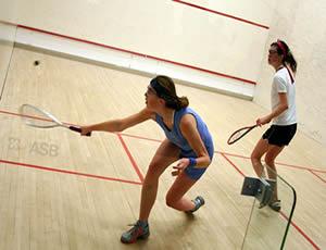 As partidas de squash podem ser jogadas com dois jogadores ou com duas duplas