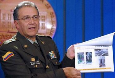 Oficial colombiano fazendo denúncia contra a Venezuela e o Equador