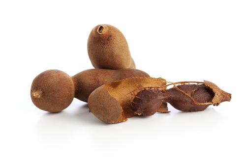 O tamarindo possui uma polpa avermelhada, fibrosa, com um alto teor de ácido tartárico