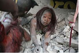 Mulher sendo salva dos escombros causados pelo terremoto