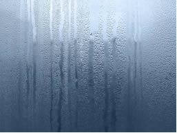 Vidro embaçado em razão da diferença de temperatura entre o meio interno e o meio externo