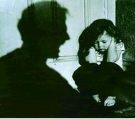 Criança se protegendo de gritos violentos