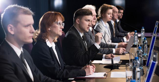 O cientista político é preparado para estudar as relações políticas dentro da sociedade e seus aspectos