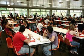 A bolsa alimentação é um dos benefícios oferecidos a estudantes de baixo poder aquisitivo