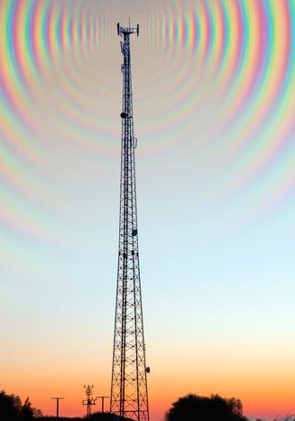 Um tema constante em questões do Enem é a transmissão de sinais por meio de ondas eletromagnéticas.