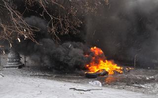 Pneus queimando em um distrito governamental em Kiev, durante protestos na Ucrânia.*