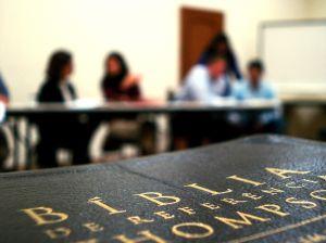 Teologia é a ciência que estuda e analisa as religiões e seus efeitos sociais e antropológicos.