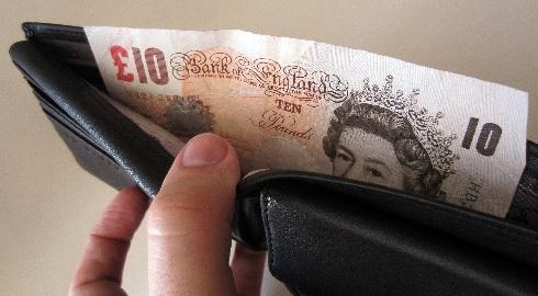 Pesquisa da NatWest revela o quanto os estudantes britânicos gastaram semanalmente com compras, alimentação, álcool e transporte em 2014