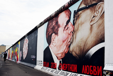 O beijo entre os líderes da URSS e da Alemanha Oriental, Brejnev e Honecker. Grafite de Dmitri Vrubel, pintado em 1990, numa parte do Muro de Berlim