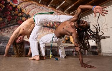 A capoeira é uma das manifestações culturais brasileiras que derivam de elementos da cultura africana.